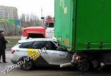 В Воронеже водитель такси врезался в фуру и погиб