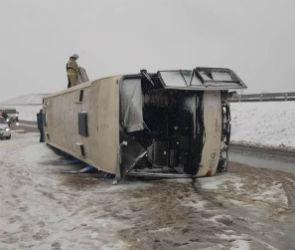 На воронежской трассе перевернулся пассажирский автобус