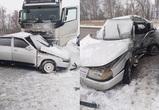 Под Воронежем молодой водитель ВАЗа врезался в фуру: пострадали три человека