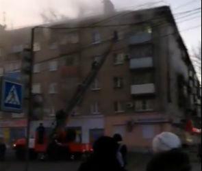 Серьезный пожар в воронежской пятиэтажке попал на видео