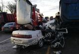 На воронежской трассе ВАЗ врезался в стоящий  КамАЗ: погибла женщина