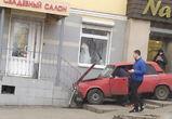 В центре Воронежа водитель ВАЗа сбил человека и въехал в свадебный салон