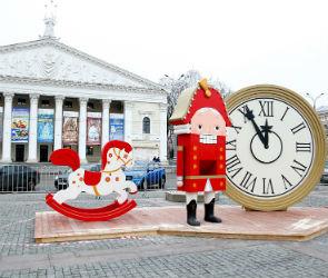 Украшенную к Новому году площадь Ленина откроют для воронежцев 26 декабря