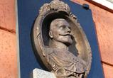 Неизвестные вандалы испортили мемориальную доску Николаю II в центре Воронежа