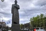 В Воронеже помыли 10-метровый памятник Кольцову (видео)