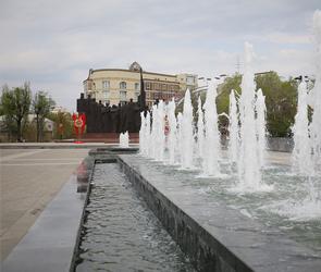 В сети появилось видео вечерней подсветки фонтанов на обновленной площади Победы
