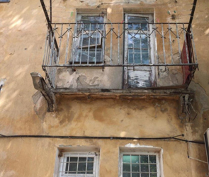 В Воронеже аварийный балкон обрушился вместе с жительницей