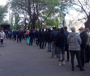 В Воронеже около наркодиспансера выстроилась огромная очередь