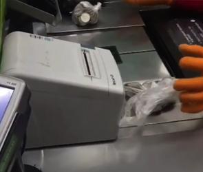 Новый способ обмана покупателей в Воронеже попал на видео