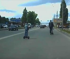 В Воронеже отец и сын устроили гонки на гироскутерах по проезжей части