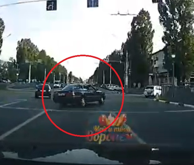 В Сети появилось видео с «Тойотой», сбившей пешеходов на тротуаре в Воронеже