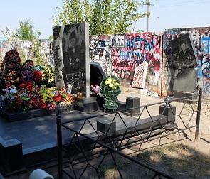 Разгромленную могилу Юрия Хоя придется ремонтировать за полмиллиона рублей