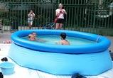 Воронежцы установили во дворе дома надувной бассейн для детей