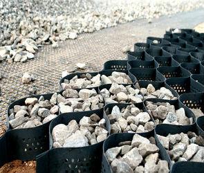 Укрепление почвы на склонах и откосах с помощью георешетки