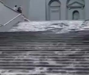 В Воронеже из-за аварии лестница за площадью Победы превратилась в водопад