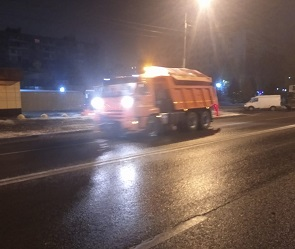 Из-за мокрого снега ночью на улицы Воронежа вышла спецтехника