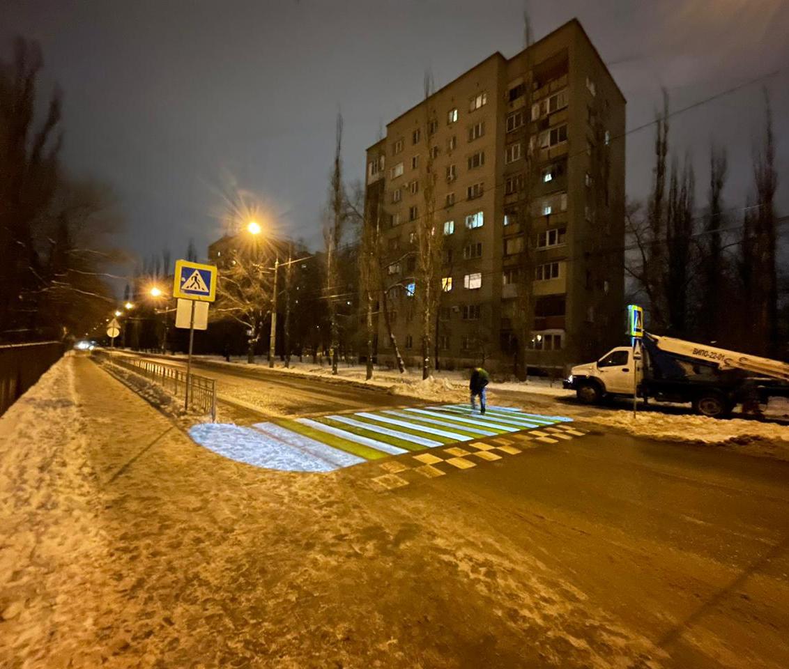 В Воронеже отремонтировали первый светящийся пешеходный переход