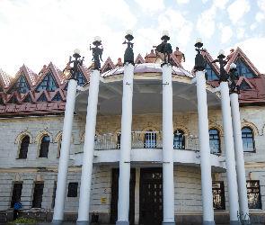 Воронежцы возмутились уничтожением лепнины на фасаде кукольного театра