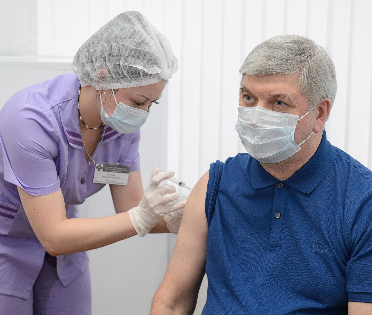 Губернатор Александр Гусев сделал прививку от COVID-19