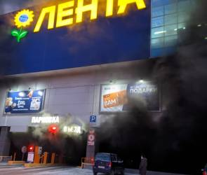 В Воронеже на парковке гипермаркета «Лента» загорелась иномарка