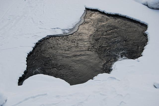 В Воронеже на водохранилище под лед провалился Lexus
