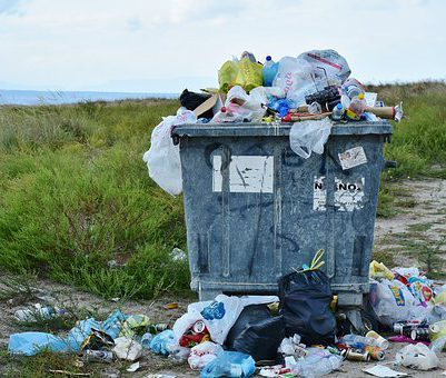 Жители многоквартирных домов в Воронеже начали получать тройные счета за мусор