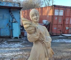 Воронежский резчик по дереву показал собственную версию «Алёнки»