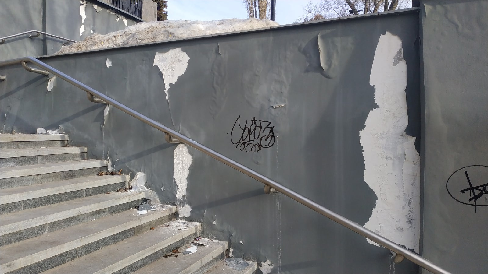 Воронежцы пожаловались на облупившуюся краску на спуске у площади Победы