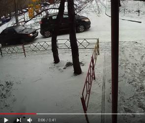 Спорное ДТП во дворе воронежской многоэтажки попало на видео