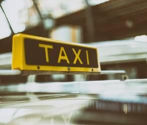 Под Воронежем у торгового центра перевернулось такси