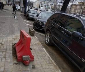 В Воронеже на одной из центральных улиц взорвался тротуар