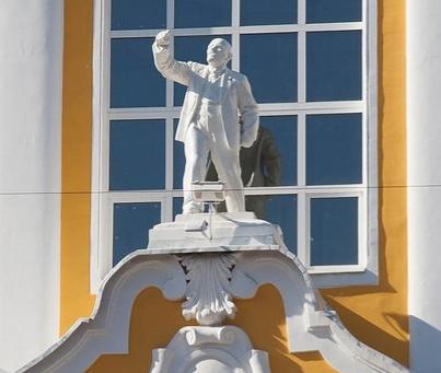Статую Ленина на фасаде аграрного университета предложили заменить на Петра I