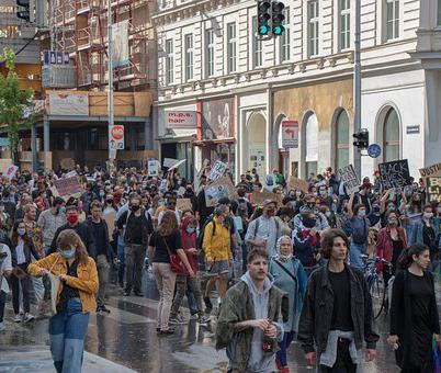 Несовершеннолетних участников несанкционированной акции просят разойтись