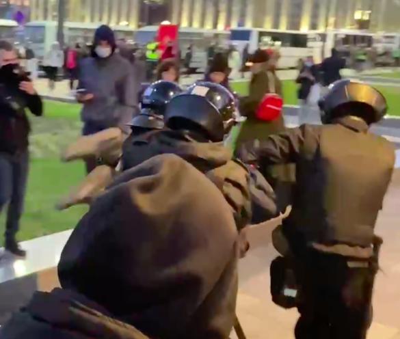На несогласованной акции начались задержания граждан
