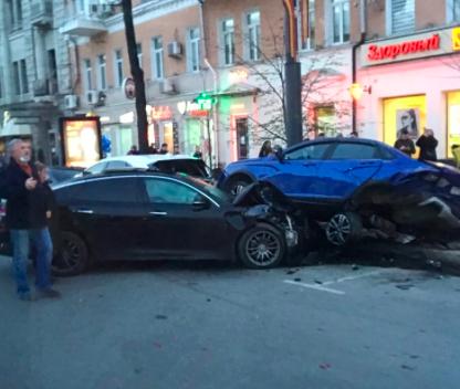 В центре Воронежа водитель на скорости въехал в три машины на парковке