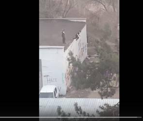 Появилось видео с прыжками воронежских подростков с трансформаторной будки