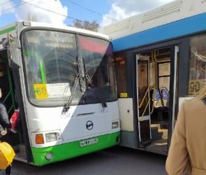 Два автобуса с пассажирами столкнулись на остановке у «Политеха» в Воронеже