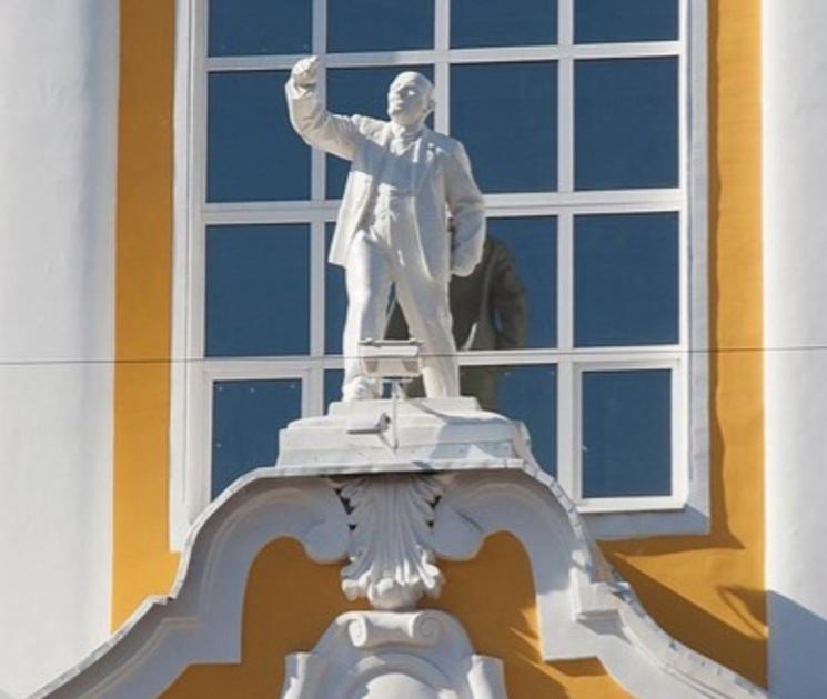 На фасаде здания ВГАУ было решено оставить статую Ленина