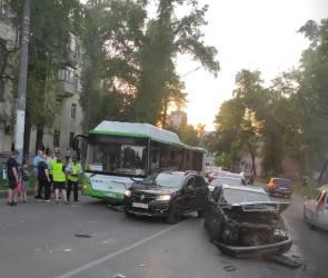 В Воронеже пассажирский автобус столкнулся с иномаркой