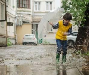 Из-за стихийного потопа на воронежском Машмете дети с радостью искупались в луже