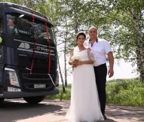 Воронежские жених и невеста приехали в ЗАГС на многотонных тягачах - видео