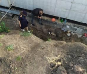 В воронежском райцентре рабочий упал в недостроенный бассейн и сломал шею