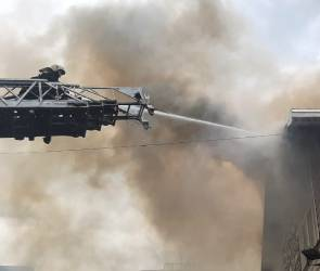 Пожар в отеле на проспекте Труда парализовал движение по части улиц в Воронеже