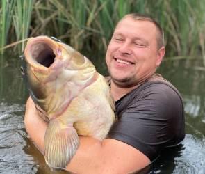 Рыбак из Воронежа поймал огромного карпа величиной с 5-летнего ребенка
