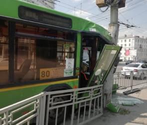 Выяснилось, почему водитель врезавшегося в столб автобуса потерял сознание