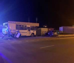 Ночью в Воронеже пьяный водитель врезался в автобус и припаркованную «ГАЗель»