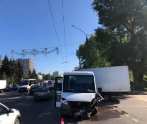 В Воронеже столкнулись маршрутная ГАЗелька и 6 машин: два человека пострадали