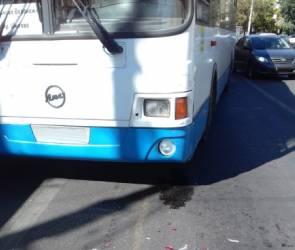 В центре Воронежа столкнулись пассажирский автобус и легковушка