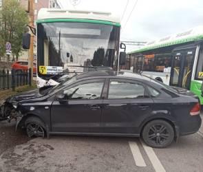 В Воронеже автобус №5А столкнулся с легковушкой: пострадала женщина