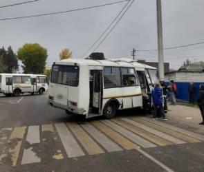 В воронежском Придонском столкнулись самосвал и автобус с пассажирами